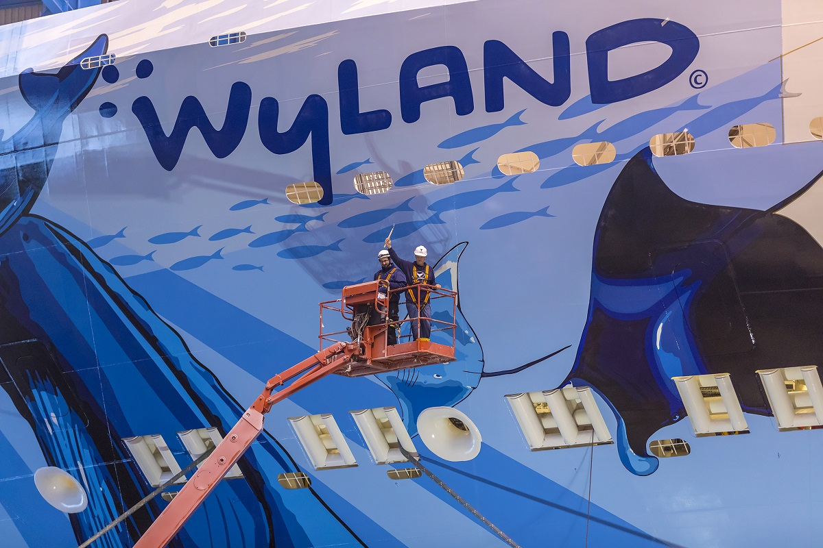Wyland putting the finishing touches on his Norwegian Bliss mural (Photo courtesy of Meyer Werft).