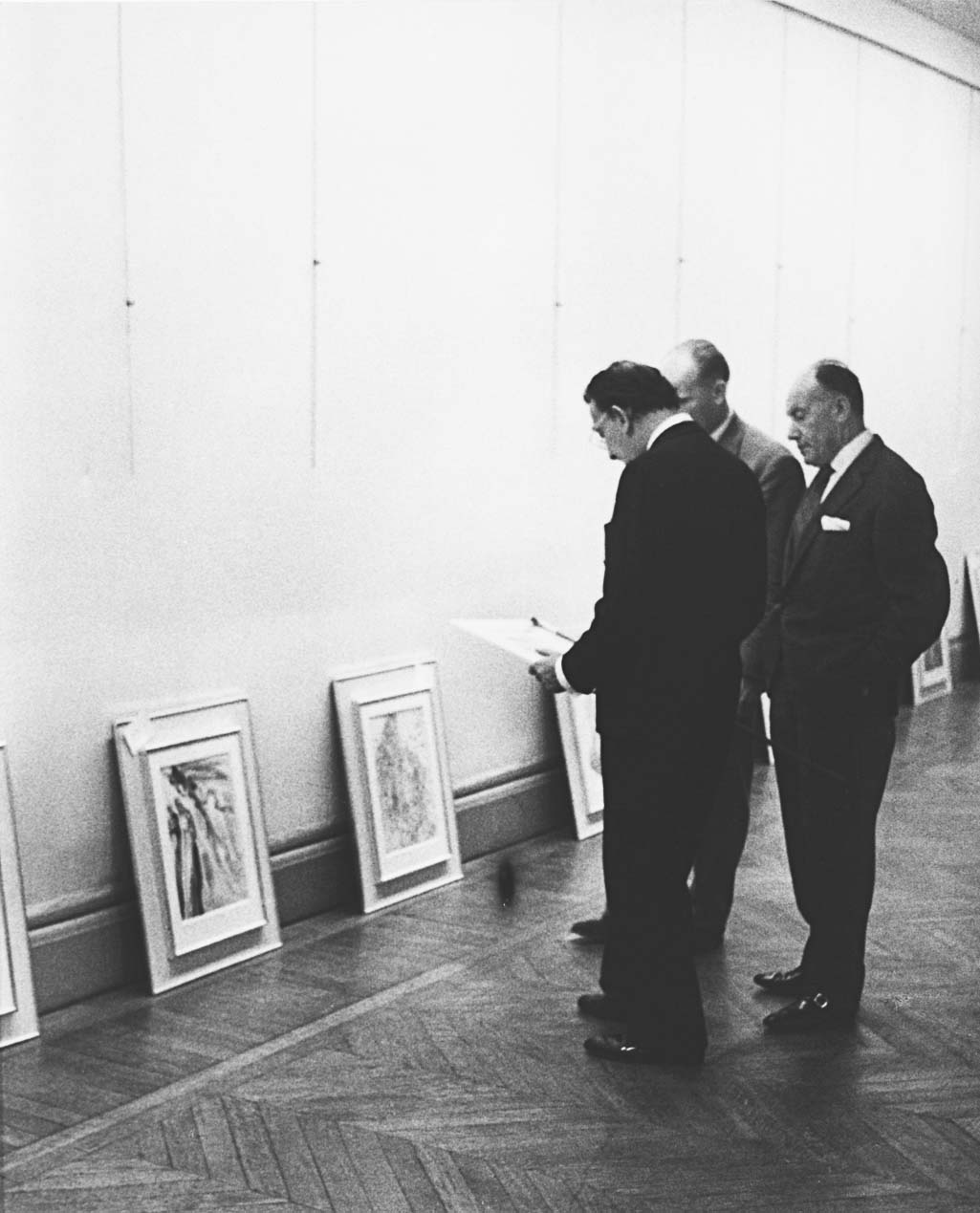 """Salvador Dalí, Jean Estrade, and Joseph Forêt review wood engraving proofs for """"The Divine Comedy"""" at the Museum Galliera, Paris (May 19, 1960). (Photo credit: Eduard Fornés)"""