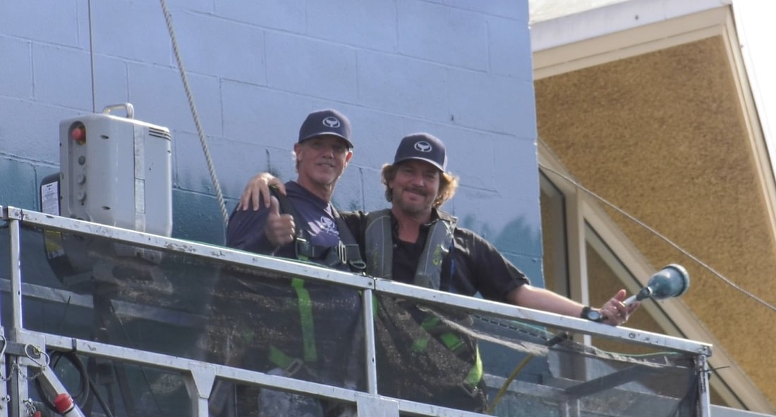 Wyland and Eddie Vedder at work on the mural.